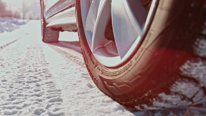 Schon im Herbst können Schnee und Glätte Autofahrer überraschen.