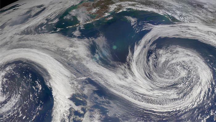 Die Corioliskraft spielt eine wichtige Rolle bei der Entstehung von Hoch- und Tiefdruckgebieten.