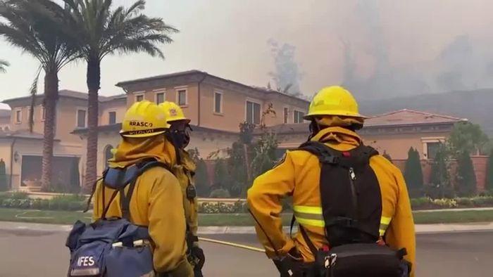 Waldbrand bei Los Angeles - Zehntausende fliehen