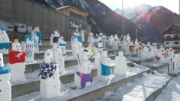 Schneemänner für den guten Zweck! Zuschauer aus Eis am Arlberg