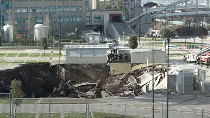 20 Meter tiefes Loch! Parkplatz samt Autos vom Erdboden verschluckt