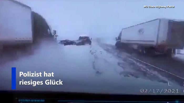 Auf verschneiter Autobahn: LKW rutscht unkontrolliert auf Unfallstelle zu