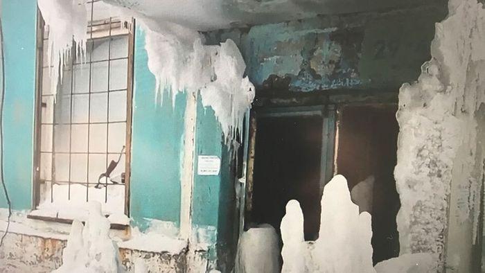 Verlassenes Haus in Geisterstadt verwandelt sich in Eishöhle