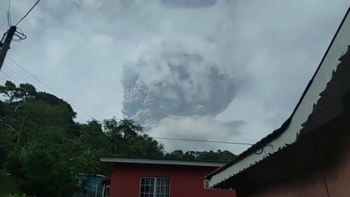 Massenevakuierung: Vulkan La Soufrière auf St. Vincent ausgebrochen