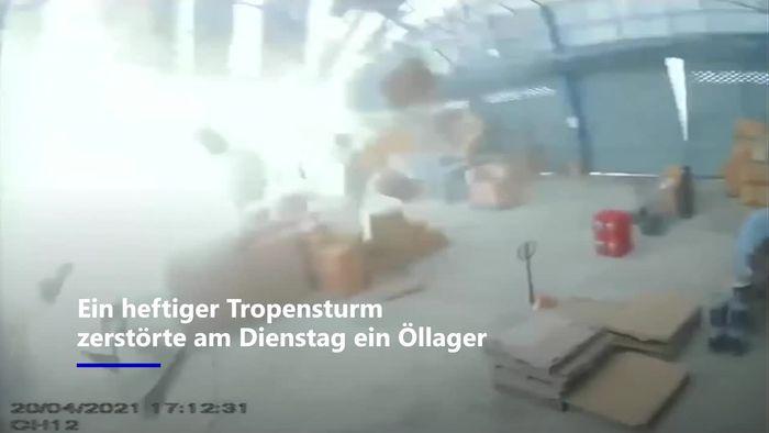 In Sekunden weggeblasen: Tropensturm zerstört Öllager