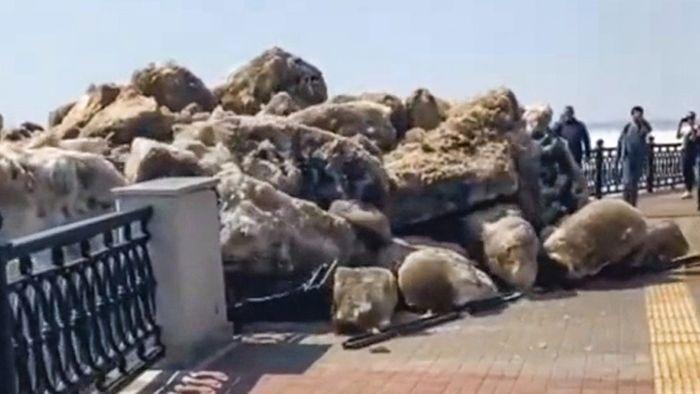 Eis-Tsunami an Uferpromenade: Riesige Schollen verwüsten Fußweg