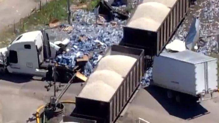 Tausende Wasserflaschen zerfetzt: Zug reißt Lkw in zwei Teile