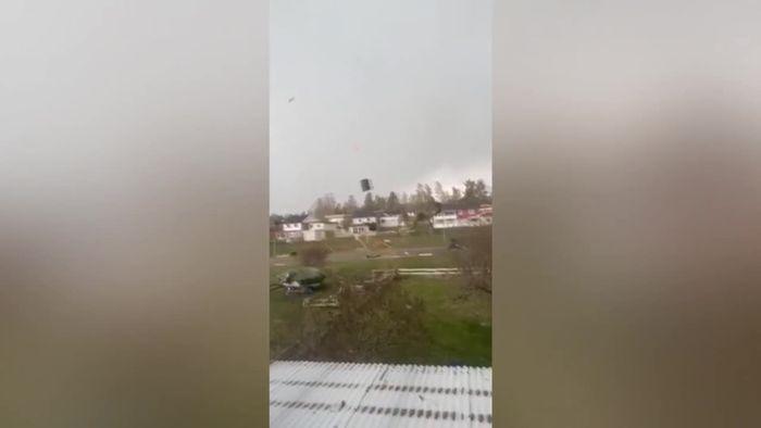 Tornado wütet in Dorf: Wirbelsturm reißt in Schweden Hütte mit