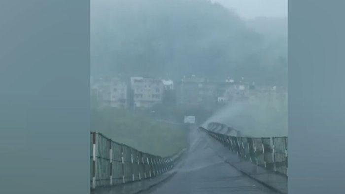Erschreckende Bilder: Sturm reißt an Hängebrücke