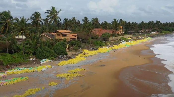 Umweltkatastrophe nach Schiffsunglück: Küste mit Plastik überschwemmt