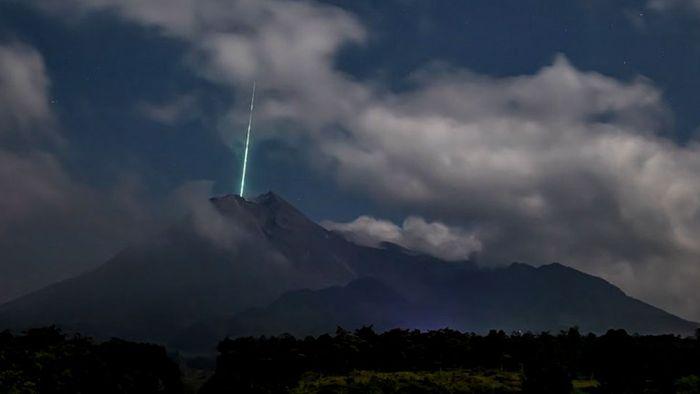 Unglaublicher Schnappschuss: Meteorit stürzt in Vulkan
