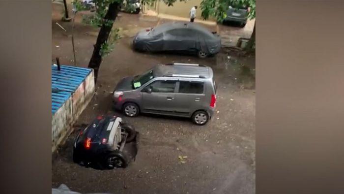 Einfach verschluckt: Geparktes Auto verschwindet plötzlich