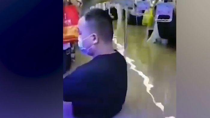 Bedrohliche Szenen: Helfer retten in Zhengzhou Menschen aus Metro