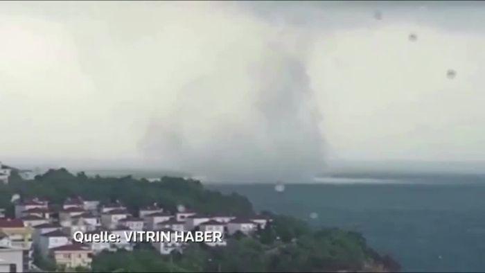 Nach Sturm mit Starkregen: Wassertornado vor türkischer Küste