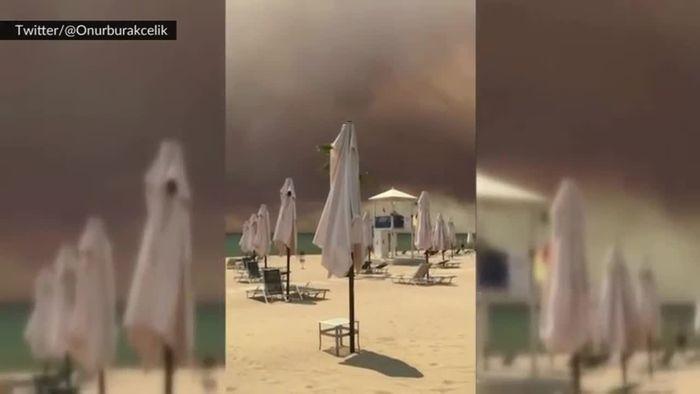 Rauch über Urlaubsorten: Waldbrände wüten bei Antalya