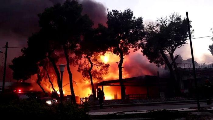 Feuer bei Athen außer Kontrolle