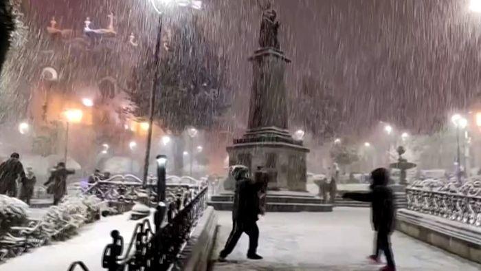 Schneeballschlacht und Eisstraßen: Seltener Schnee fällt in Südamerika