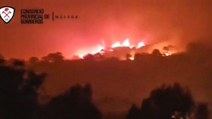 Spanien: Heftiger Waldbrand an Costa del Sol kostet Feuerwehrmann das Leben