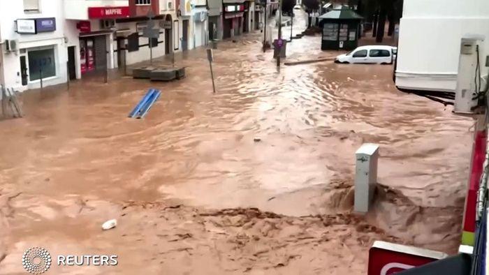 Autos weggespült: Heftige Überschwemmungen in Spanien