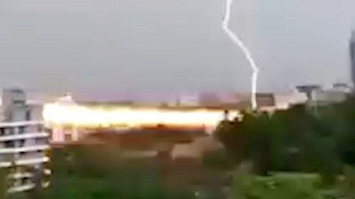 Explosionsartig! Gewaltiger Blitzeinschlag trifft Gebäude