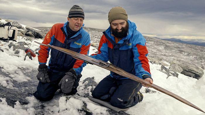 1.300 Jahre im Eis: Forscher:innen entdecken uralte Skier