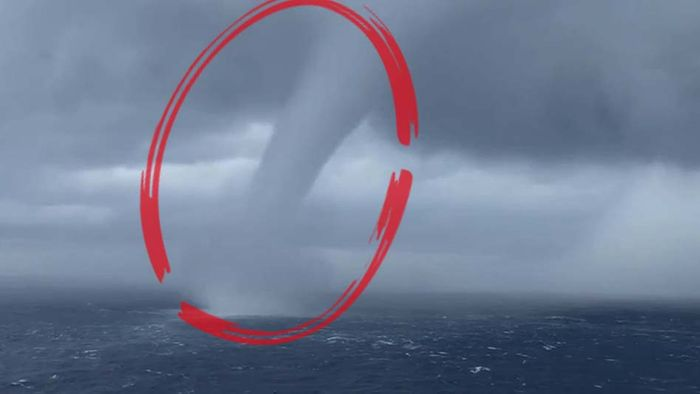 Gewaltige Wasserhose zieht an Kreuzfahrtschiff vorbei