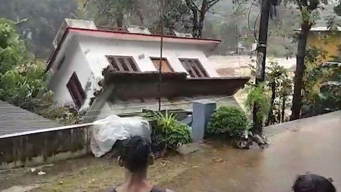 Hochwasser in Südindien: Plötzlich kippt ein ganzes Haus um